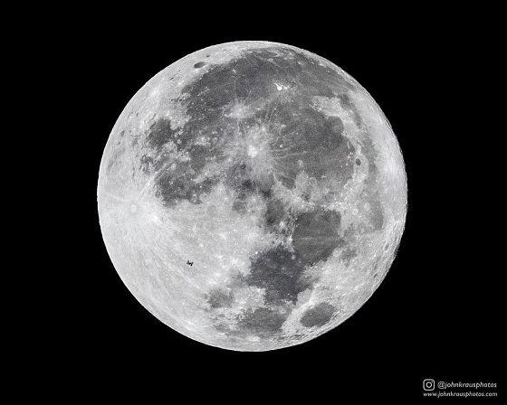 月と国際宇宙ステーションの奇跡の写真