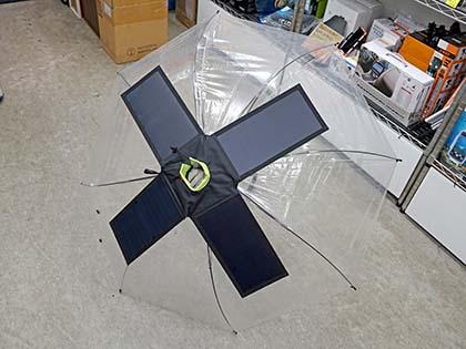 傘に取り付けるタイプのソーラーパネルが発売
