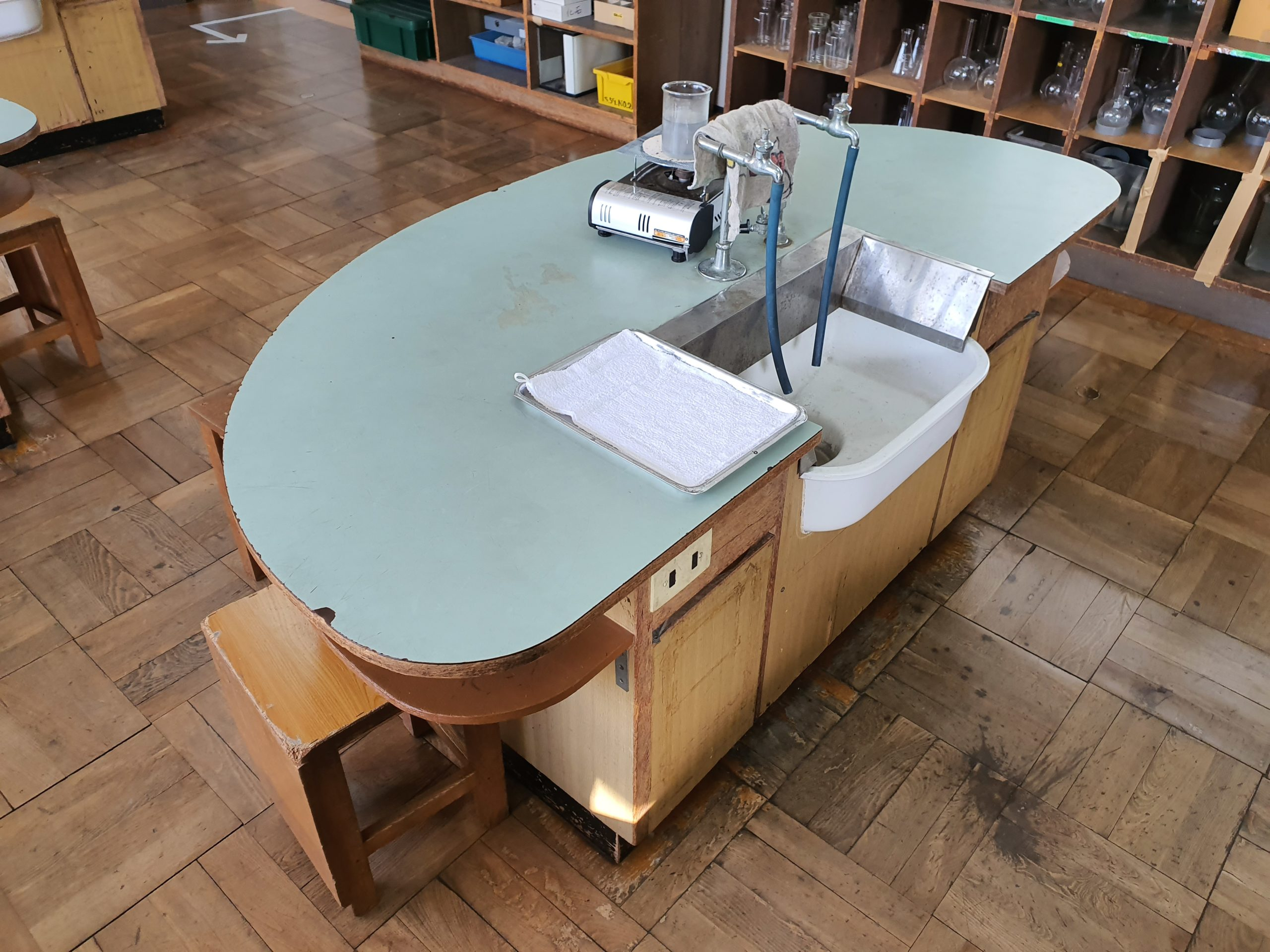 昔の小学校の理科室の机が面白い!