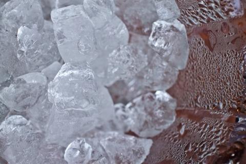 なぜ水を凍らせると体積が増えるのか?