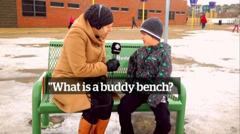 座るだけで友達ができる緑色のベンチとは